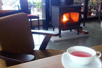 冬はペレットストーブでレストランを暖めます。