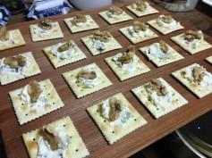クリームチーズとわさび漬けのカナッペ。くるみをトッピング